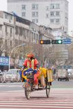 Kvinnlig gatasopare på en trehjuling i den stads- miljön, Yiwu, Kina royaltyfri fotografi