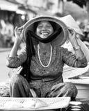Kvinnlig gatuförsäljare, Hoi An, Vietnam royaltyfri fotografi
