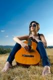 Kvinnlig gitarrist arkivfoton