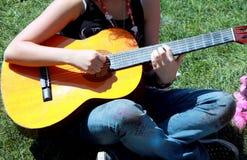 Kvinnlig gitarrist arkivfoto