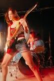 Kvinnlig gitarrist och handelsresande arkivbilder