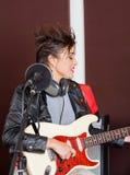 Kvinnlig gitarrist Performing In Studio arkivbilder