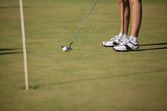 Kvinnlig golfare i gräsplanen Royaltyfria Bilder