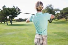 Kvinnlig golfare som tar ett skott Arkivfoton