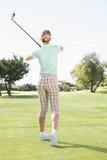 Kvinnlig golfare som tar ett skott Royaltyfri Fotografi