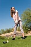 Kvinnlig golfare som Teeing av Royaltyfri Foto