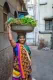 Kvinnlig grönsakförsäljare i Indien Royaltyfria Foton
