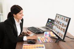 Kvinnlig grafisk formgivare i regeringsställning Royaltyfri Bild