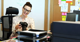 Kvinnlig grafisk formgivare som in camera ser foto stock video