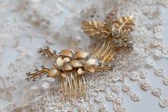 Kvinnlig guld- färg för hårgem med blommor, sidor som ligger på tyllmaterialet med modeller i formen av blommor royaltyfri fotografi