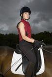 Kvinnlig hästrygg Rider Sitting On Horse Royaltyfri Fotografi