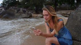 Kvinnlig hållande smartphone för ultrarapiddansare som tycker om rullande vågor lager videofilmer