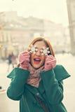 Kvinnlig hållande snöflingagarnering Arkivfoto