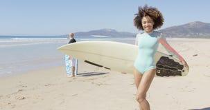 Kvinnlig hållande surfingbräda på härlig strandbakgrund arkivfilmer