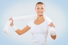 Kvinnlig hållande vit cootonhandduk för härliga sportar royaltyfri fotografi