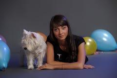 Kvinnlig hållande vit terrierhund royaltyfri fotografi