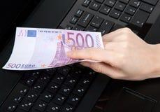 kvinnlig hand för euro 500 Arkivbild