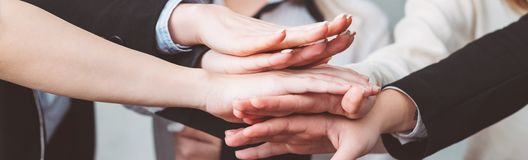 Kvinnlig hand för lag för servicemaktmotivation tillsammans royaltyfria bilder