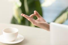 Kvinnlig hand i den yogic gesten för hakamudra, övre sikt för slut royaltyfri bild