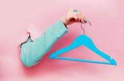 Kvinnlig hand i klassiskt blått omslag med hängaren arkivfoto