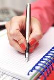 Kvinnlig hand med bläckpennan arkivbilder