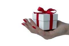 Kvinnlig hand med en gåva Fotografering för Bildbyråer