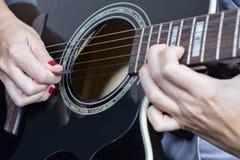 Kvinnlig hand och gitarr Royaltyfria Foton
