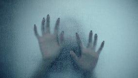 Kvinnlig hand och huvud, spöklika skuggor på glasväggen, oavkortad HD, plats för fasafilm arkivfilmer