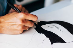 Kvinnlig hand som drar en bild vid den svarta pennan Oigenkännlig kvinna som drar en bild Närbild Arkivfoto