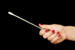 Kvinnlig hand som rymmer den långa plana skruvmejseln isolerad på svarten Royaltyfria Bilder
