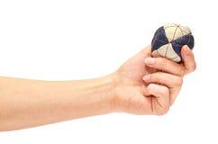 Kvinnlig hand som rymmer en special bollhackysack för sport i företaget av vänner royaltyfria foton