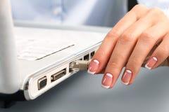 Kvinnlig hand som sätter in LAN-kabel Arkivbilder