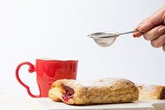 Kvinnlig hand som tillfogar socker till smördeg royaltyfri foto