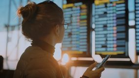 Kvinnlig handelsresande i flygplatsterminal med telefonen stock video