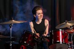 Kvinnlig handelsresande på drumset arkivbild