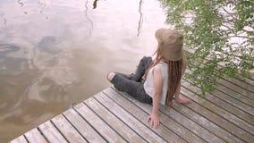 Kvinnlig handelsresande på floden stock video