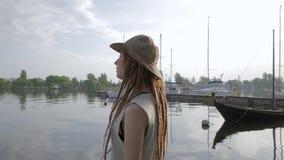 Kvinnlig handelsresande på floden arkivfilmer