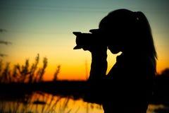 Kvinnlig handelsresande som fotograferar solnedgång Royaltyfria Foton