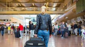 Kvinnlig handelsresande som går flygplatsterminalen royaltyfria bilder