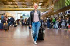 Kvinnlig handelsresande som går flygplatsterminalen royaltyfri bild