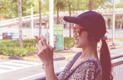 Kvinnlig handelsresande som tar bilden på mobiltelefonen Arkivbild