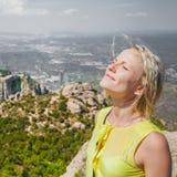 Kvinnlig handelsresande som tycker om sikterna från bergen av Montserrat i Spanien Arkivbilder