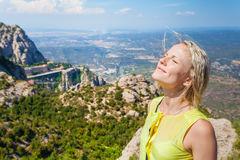 Kvinnlig handelsresande som tycker om sikterna från bergen av Montserrat i Spanien Arkivfoton
