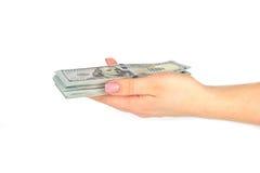 Kvinnlig handhåll 100 dollar sedlar som isoleras på en vit bakgrund close upp Royaltyfri Bild