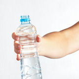 Kvinnlig handinnehavflaska av sötvatten Royaltyfri Foto