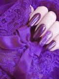 Kvinnlig handmanikyr snör åt idérik estetik som är stilfull, elegans royaltyfri bild