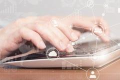 Kvinnlig handmaskinskrivning på bärbar datordatortangentbordet för internetframförande för begrepp 3d säkerhet Arkivbild
