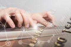 Kvinnlig handmaskinskrivning på bärbar datordatortangentbordet för internetframförande för begrepp 3d säkerhet Arkivfoto