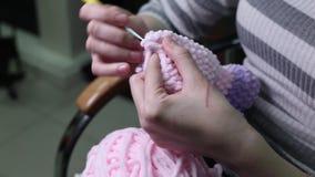 Kvinnlig handrät maska från rosa garn Räcka - gjort lager videofilmer