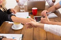 Kvinnlig handskakning för affär på kontoret, avtalsavslutningen och lyckad överenskommelse Arkivbild